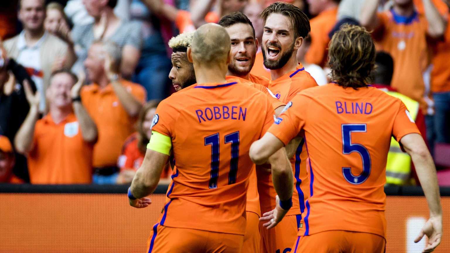 epa06181405 Dutch players celebrate during the FIFA World Cup qualifiication match between Netherlands and Bulgaria in Amsterdam, The Netherlands, 03 September.  EPA/Koen van Weel