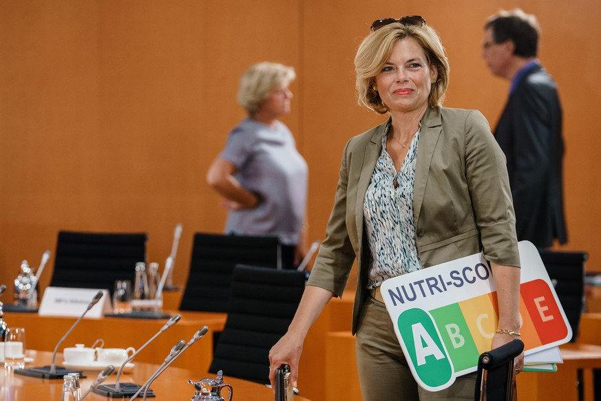epa08612320 German Minister of Food and Agriculture Julia Kloeckner carries a Nutri-Score table as she attends a cabinet meeting at the German chancellery in Berlin, Germany, 19 August 2020. The cabinet of the German government meets on a regular basis.  EPA/CLEMENS BILAN / POOL