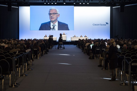 epa05032379 Urs Rohner, chairman Credit Suisse, informs the shareholders about a capital increase during an extraordinary general assembly in Bern, Switzerland, 19 November 2015.  EPA/DOMINIC STEINMANN