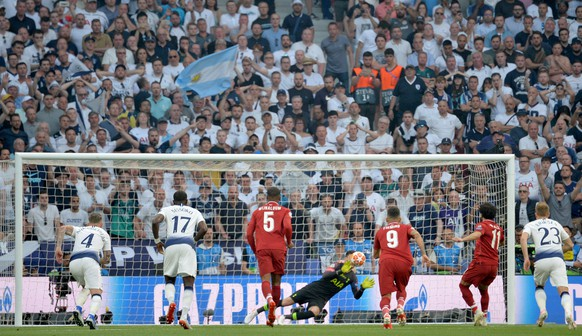 epa07618585 Mohamed Salah (2R) of Liverpool FC scores the opening goal from the penalty spot during  the UEFA Champions League final between Tottenham Hotspur and Liverpool FC at the Wanda Metropolitano stadium in Madrid, Spain, 01 June 2019.  EPA/PETER POWELL