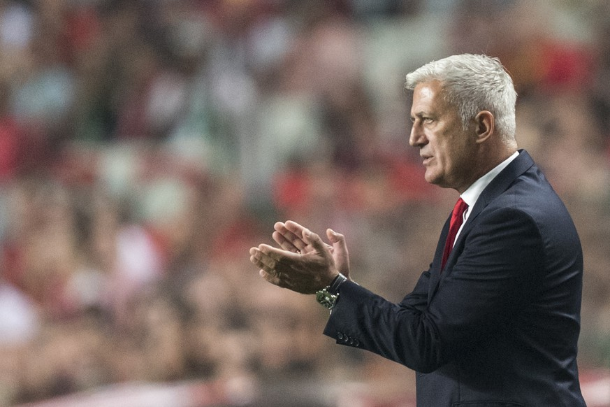 Switzerland's head coach Vladimir Petkovic claps his hands during the 2018 Fifa World Cup Russia group B qualification soccer match between Portugal and Switzerland at the Estadio da Luz stadium, in Lisbon, Portugal, Tuesday, October 10, 2017. (KEYSTONE/Jean-Christophe Bott)