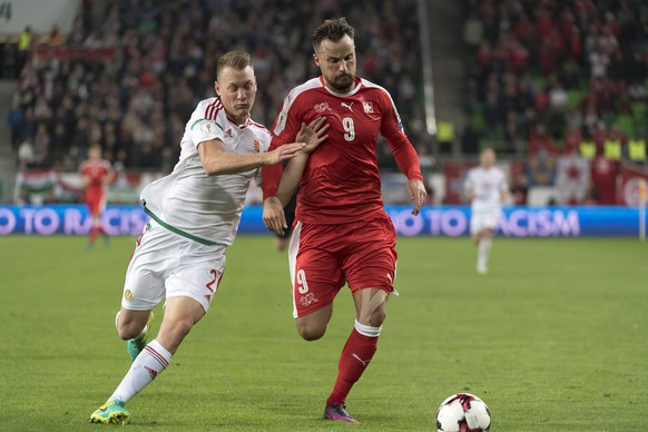 Hungary's Adam Lang, left, fights for the ball against Switzerland's Haris Seferovic, right, during the 2018 Fifa World Cup Russia group B qualification soccer match between Hungary and Switzerland in the Groupama Arena in Budapest, Hungary, on Friday, October 7, 2016. (KEYSTONE/Georgios Kefalas)
