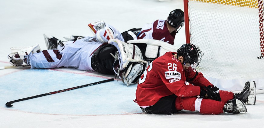 epa04735509 Switzerland's Reto Suri (R) reacts during the Ice Hockey World Championship 2015 group A match between the Switzerland and Latvia at O2 Arena in Prague, Czech Republic, 06 May 2015.  EPA/FILIP SINGER