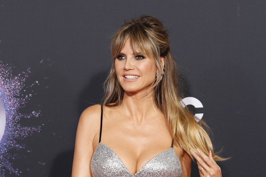epa08023348 German model Heidi Klum poses for photographers as she arrives at the 2019 American Music Awards at the Microsoft Theater in Los Angeles, California, USA, 24 November 2019.  EPA/NINA PROMMER