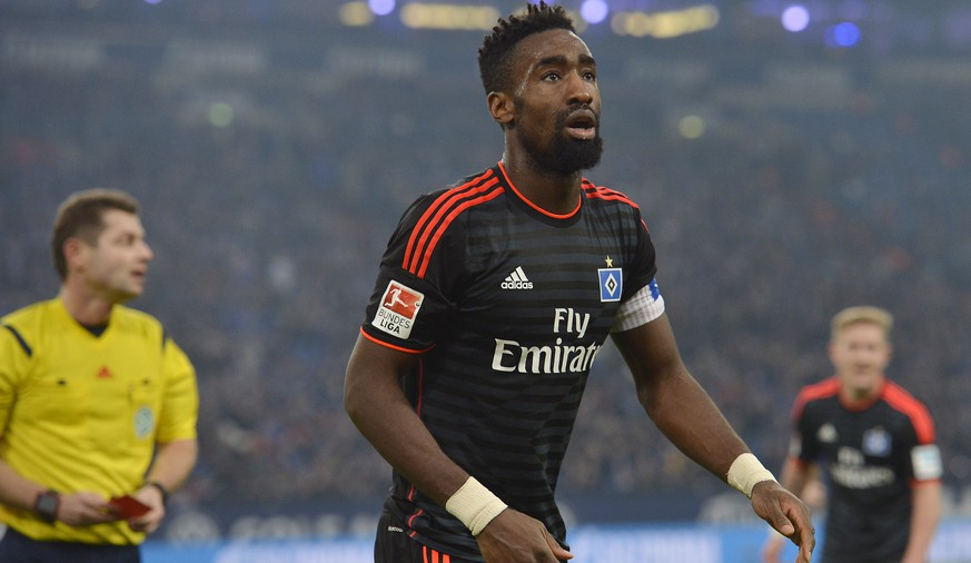 Hamburg's Johan Djourou leaves the pitch after he saw the red card by referee Guenter Perl, left, during the German Bundesliga soccer match between FC Schalke 04 and Hamburger SV in Gelsenkirchen, Germany, Wednesday, March 2, 2016. (AP Photo/Martin Meissner)