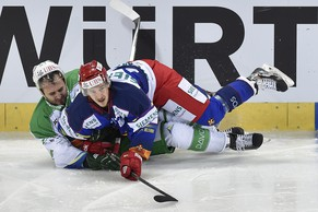 Helsinki's Niko Peltola, right, fights for the puck against Ufa's Egor Dubrovsky during the game between Finland's Jokerit Helsinki and Russia's HC Salavat Yulaev Ufa at the 88th Spengler Cup ice hockey tournament in Davos, Switzerland, Saturday, December 27, 2014. (KEYSTONE/Peter Schneider)