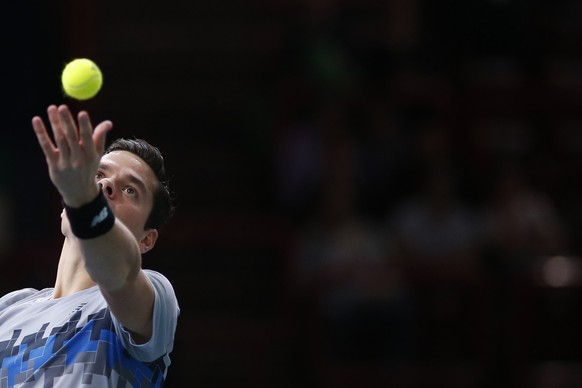 Milos Raonic of Canada serves against Switzerland's Roger Federer during their quarter-final match at the Paris Masters tennis tournament at the Bercy sports hall in Paris, October 31, 2014. REUTERS/Benoit Tessier (FRANCE - Tags: SPORT TENNIS)