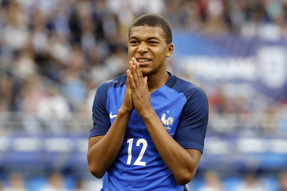 epa06026749 Kylian Mbappe of France reacts after he missed to score during the friendly soccer match between France and England at the Stade de France in Paris, France, 13 June 2017.  EPA/ETIENNE LAURENT