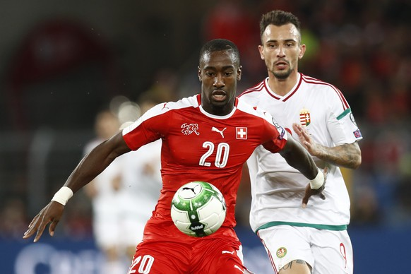Switzerland's Johan Djourou, left, fights for the ball against Hungary's Roland Ugrai, right, during the 2018 Fifa World Cup Russia group B qualification soccer match between Switzerland and Hungary in the St. Jakob-Park stadium in Basel, Switzerland, on Saturday, October 7, 2017. (KEYSTONE/Peter Klaunzer)