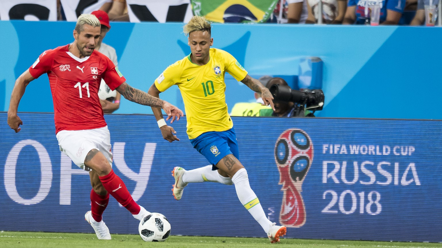Switzerland's midfielder Valon Behrami, left, fights for the ball against Brazil's forward Neymar, right, during the FIFA soccer World Cup 2018 group E match between Switzerland and Brazil at the Rostov Arena, in Rostov-on-Don, Russia, Sunday, June 17, 2018. (KEYSTONE/Laurent Gillieron)