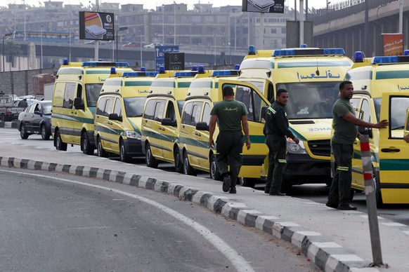 epa05004422 Egyptian ambulances line up at Cairo's International Airport, Cairo, Egypt, 31 October 2015. According to reports the Egyptian Government has dispatched 45 ambulances to the crash site of the Kogalymavia Russian passenger jet, which disappeared from raider after requesting an emergency landing early 31 October, crashing in mountinous central Sinai.  EPA/KHALED ELFIQI