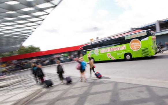 """ARCHIV - ZUM SIEG VON FLIXBUS IM KONKURRENZKAMPF AUF DEUTSCHLANDS STRASSEN, AM 12. FEBRUAR 2018, ERHALTEN SIE FOLGENDE ARCHIVBILDER ---- Ein Fernbus des Unternehmens Flixbus fährt am 01.08.2016 am Zentralen Omnibusbahnhof Hannover (ZOB) in Hannover (Niedersachsen) (Aufnahme mit langer Verschlusszeit). Der deutsche Fernbusanbieter Flixbus hat seine Fahrgastzahlen im Jahr 2017 deutlich gesteigert. (zu dpa """"Flixbus steigert Fahrgastzahl auf 40 Millionen"""" vom 09.01.2018) (KEYSTONE/DPA/Julian Stratenschulte)"""