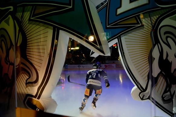 Bjoern Christen von Zug eilt aufs Eis, im ersten Eishockey Playoff-Viertelfinalspiel der National League A zwischen dem EV Zug und dem HC Davos am Samstag, 28. Februar 2015, in der Bossard Arena in Zug. (KEYSTONE/Urs Flueeler)