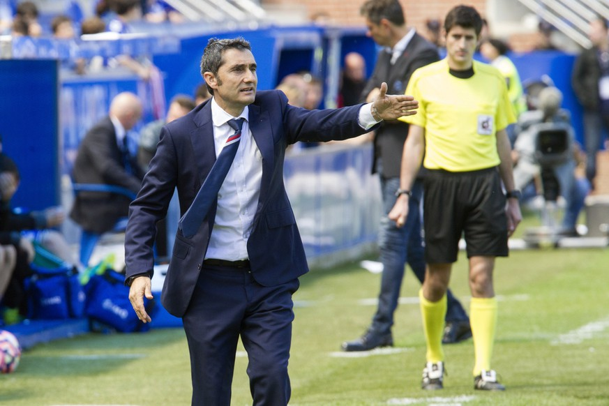 epa05948307 Athletic Club' head coach Ernesto Valverde (C) reacts during the Spanish Primera Division soccer match between Deportivo Alaves and Athletic Bilbao  at Mendizorroza Stadium, in Vitoria, Basque Country, northern Spain, 07 May 2017.  EPA/ADRIAN RUIZ DE HIERRO