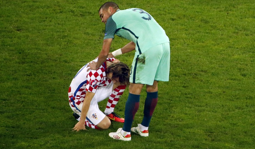 epaselect epa05391273 Portugal's Pepe (C) comforts Luka Modric (L) of Croatia after the UEFA EURO 2016 round of 16 match between Croatia and Portugal at Stade Bollaert-Delelis in Lens Agglomeration, France, 25 June 2016. Portugal won 1-0 after extra time.