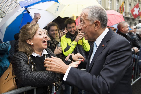 epa05588996 Marcelo Rebelo de Sousa, President of Portugal (R) welcomes the public during the official ceremony on Bundesplatz square in Bern, Switzerland, 17 October 2016. Marcelo Rebelo de Sousa is in Switzerland on a two day official visit.  EPA/ANTHONY ANEX
