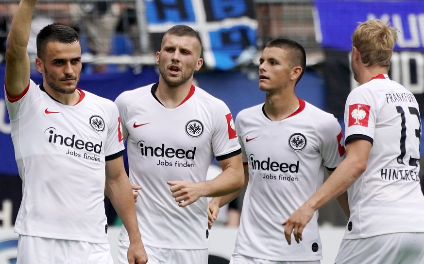 epa07768392 Frankfurt's Filip Kostic (L) celebrates with teammates after scoring the 2-2 qualizer during the German DFB Cup first round soccer match between SV Waldhof Mannheim and Eintracht Frankfurt in Mannheim, Germany, 11 August 2019.  EPA/Ronald Wittek CONDITIONS - ATTENTION: The DFB regulations prohibit any use of photographs as image sequences and/or quasi-video.
