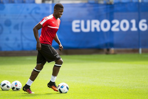 epa05368960 Swiss national soccer team player Breel Embolo performs during his team's training session at the Stade de la Mosson in Montpellier, France, 16 June 2016. Switzerland will face France in the UEFA EURO 2016 group A preliminary round match in Lille on 19 June 2016.  EPA/JEAN-CHRISTOPHE BOTT