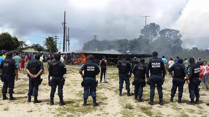 epa06957148 Police try to maintain control as Brazilian people demonstrate against the presence of Venezuelan immigrants in Pacaraima, Brazil, 18 August 2018.  A group of Brazilian people demonstrated against the Venezuelan immigrants in the border town of Pacaraima, burning their homes and goods, and trying to force them to the other side of the border.  EPA/GERALDO MAIA BEST QUALITY AVAILABLE