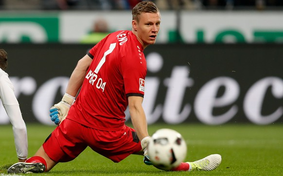 epa05933919 Leverkusen goalkeeper Bernd Leno in action during the German Bundesliga soccer match between Bayer Leverkusen and Schalke 04 in Leverkusen, Germany, 28 April 2017.  EPA/FRIEDEMANN VOGEL EMBARGO CONDITIONS - ATTENTION: Due to the accreditation guidelines, the DFL only permits the publication and utilisation of up to 15 pictures per match on the internet and in online media during the match.