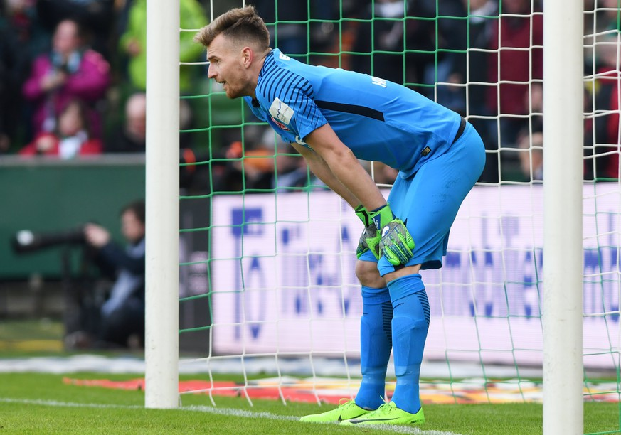 epa06640714 Frankfurt's goalkeeper Lukas Hradecky racts during the German Bundesliga soccer match between SV Werder Bremen and Eintracht Frankfurt in Bremen, Germany, 01 April 2018.  EPA/DAVID HECKER (EMBARGO CONDITIONS - ATTENTION: Due to the accreditation guidlines, the DFL only permits the publication and utilisation of up to 15 pictures per match on the internet and in online media during the match.)