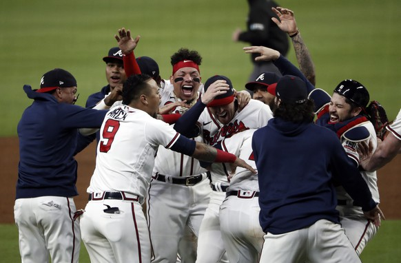 epaselect epa09542597 The Atlanta Braves celebrate defeating the Los Angeles Dodgers at the conclusion of game six of the MLB National League Championship Series playoff baseball game between the Los Angeles Dodgers and the Atlanta Braves at Truist Park in Atlanta, Georgia, USA, 23 October 2021.  EPA/BRANDEN CAMP