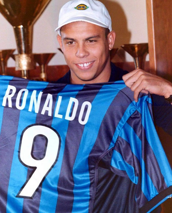epa02583094 (FILE) A file picture dated 20 August 1998 shows Brazilian striker Ronaldo posing with his Inter Milan jersey during a press conference in Milan, Italy. Three-time world footballer of the year Ronaldo announced on 14 February 2011 he was quitting the game. The 34-year-old Brazilian striker for Sao Paulo's Corinthians confirmed his retirement at a news conference. In an 18-year-career, Ronaldo won two World Cups in which he broke the record for most goals scored in the tournament. Ronaldo played 97 caps for Brazil, scoring 62 goals. His club career included spells in Europe at PSV Eindhoven, Barcelona, Inter Milan, Real Madrid and AC Milan before he returned in 2009 to Brazil to play for Corinthians.  EPA/DAL ZENNARO