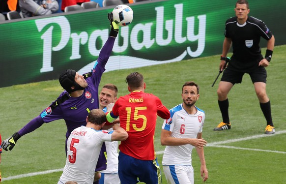 epa05361620 Goalkeeper Petr Cech (L) of Czech Republic in action against Sergio Ramos (C) of Spain during the UEFA EURO 2016 group D preliminary round match between Spain and Czech Republic at Stade Municipal de Toulouse in Toulouse, France, 13 June 2016.