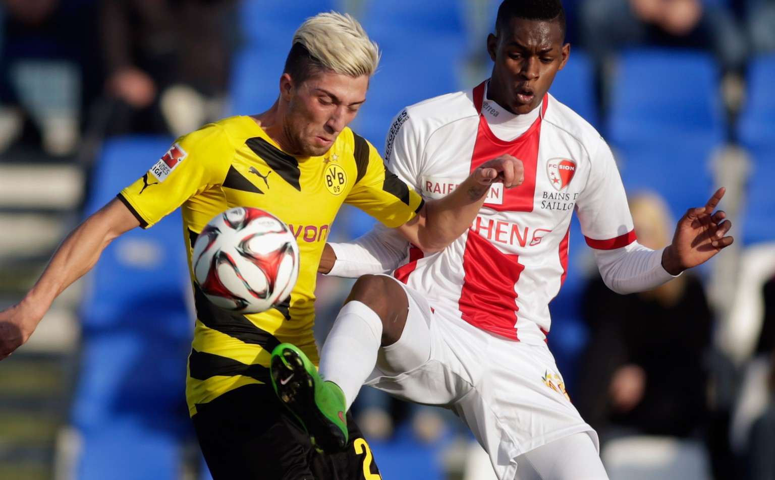 LA MANGA, SPAIN - JANUARY 13:  Kevin Kampl (L) of Dortmund and Edimilson Fernandes of Sion fight for the ball during a friendly match between Borussia Dortmund and FC Sion during day 4 of Borussia Dortmund training camp on January 13, 2015 in La Manga, Spain.  (Photo by Johannes Simon/Bongarts/Getty Images)