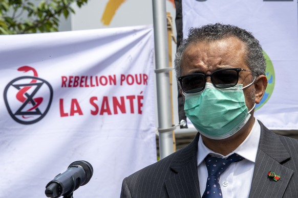 epa09234913 Director General of the World Health Organization (WHO), Tedros Adhanom Ghebreyesus meets members of the Doctors for Extinction Rebellion (XR) collective during a protest in front of the WHO headquarters on the sideline of the WHO's World Health Assembly in Geneva, Switzerland, 29 May 2021. Hundreds of health workers marched to the WHO demanding that authorities in all countries recognize and act to counter the health risks of climate change.  EPA/MARTIAL TREZZINI