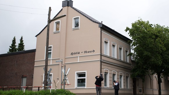 epa05361209 An exterior view of a residential building in Krefeld where a mother of three is said to have thrown her children out the window of her second floor apartment, Krefeld, Germany, 13 June 2016.  EPA/MARCEL KUSCH