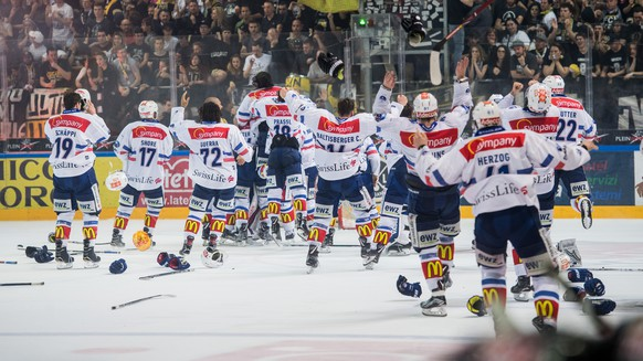 Zurich's players celebrate the victory and the Swiss national championship, during the seventh match of the playoff final of the National League of the ice hockey Swiss Championship between the HC Lugano and the ZSC Lions, at the ice stadium Resega in Lugano, on Friday, April 27, 2018. (KEYSTONE/Ti-Press/Gabriele Putzu)
