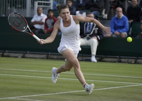 Simona Halep of Romania hits a return to Belinda Bencic of Switzerland during their women's singles tennis match at the Wimbledon Tennis Championships, in London June 28, 2014.           REUTERS/Max Rossi (BRITAIN  - Tags: SPORT TENNIS)
