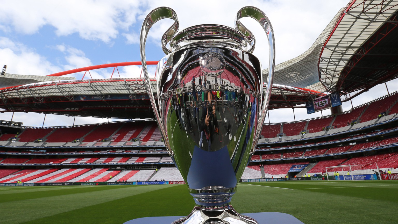epa08487674 (FILE) - The UEFA Champions League trophy on display prior to the UEFA Champions League final between Atletico Madrid and Real Madrid at Luz Stadium in Lisbon, Portugal, 24 May 2014 (re-issued on 16 June 2020). Lisbon's Estadio da Luz is expected to host the 2020 UEFA Champions League final in a decision by the UEFA executive committee set to be announced on 17 June 2020.  EPA/HUGO DELGADO *** Local Caption *** 51384305