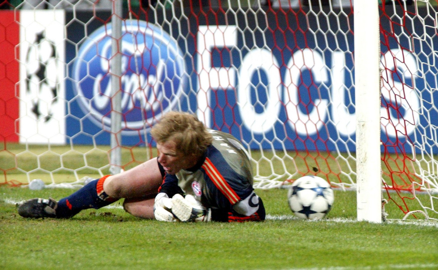 Munich's goalkeeper Oliver Kahn fails to stop a freekick by Real's Roberto Carlos from Brasil during the Champions League 2nd round first leg soccer match between FC Bayern Munich and Real Madrid in Munich, southern Germany, Tuesday, February 24, 2004. The match ended in a 1-1 draw. (KEYSTONE/AP Photo/Uwe Lein)