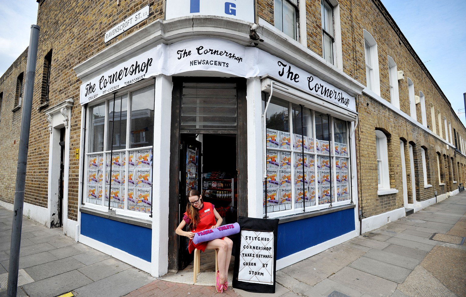 Textile artist Lucy Sparrow sits outside her art installation, The Cornershop in Wellington Row, Bethnal Green, east London, as she finishes of a giant tube of Parma Violets, as nearly 2,000 classic groceries inside are handmade from felt and are for sale as an art work. (FOTO: DUKAS/PA PHOTOS)