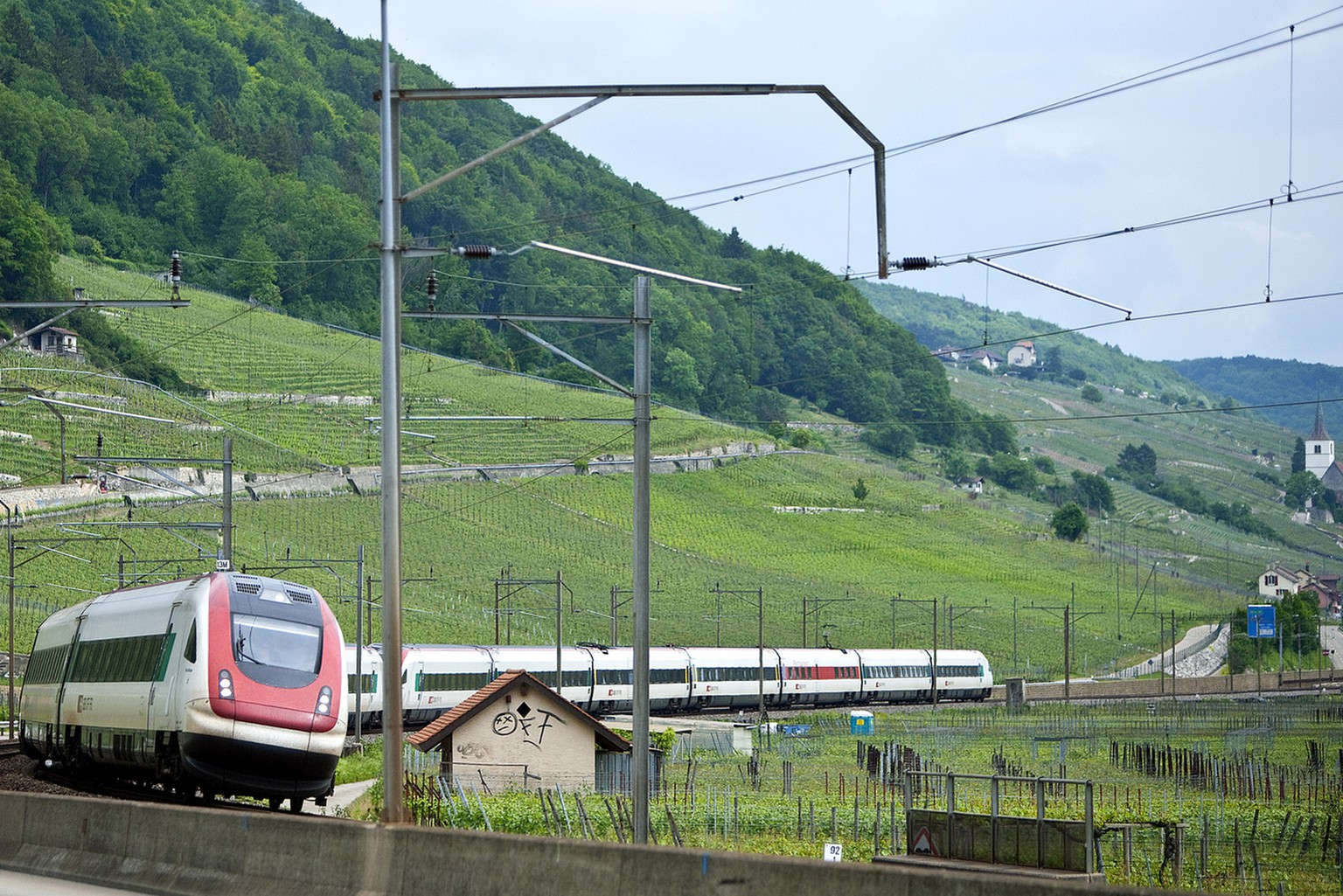 An intercity tilting train ICN traverses the vineyards near La Neuveville on Lake Biel in the canton of Berne, Switzerland, pictured on May 28, 2010. (KEYSTONE/Dominique Derrer)  Ein Intercity-Neigezug ICN durchquert am 28. Mai 2010 die Weinberge bei La Neuveville am Bielersee im Kanton Bern. (KEYSTONE/Dominique Derrer)