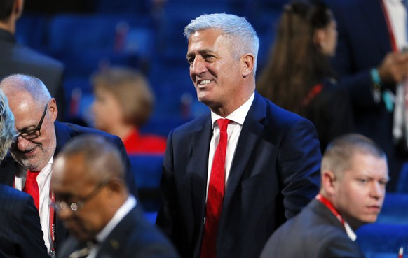 epa06361669 Swiss national soccer team head coach Vladimir Petkovic (C) arrives for the Final Draw of the FIFA World Cup 2018 at the State Kremlin Palace in Moscow, Russia, 01 December 2017. The FIFA World Cup 2018 will take place from 14 June until 15 July 2018 in Russia.  EPA/SERGEI ILNITSKY