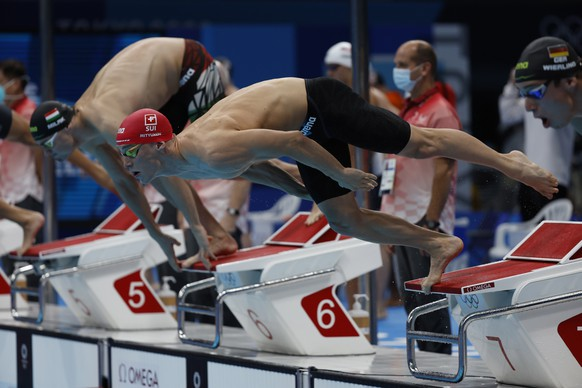 epa09365672 Roman Mityukov of Switzerland starts for the first leg in the men's 4x100m Freestyle Relay Heats during the Swimming events of the Tokyo 2020 Olympic Games at the Tokyo Aquatics Centre in Tokyo, Japan, 25 July 2021.  EPA/Patrick B. Kraemer