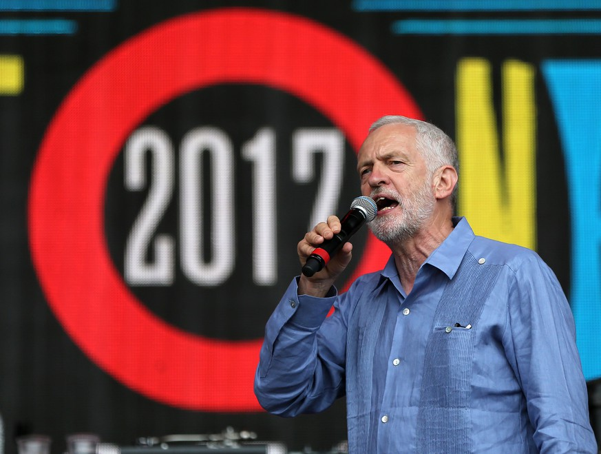 epa06047760 Britain's Labour Party leader Jeremy Corbyn speaks on stage at the Glastonbury Festival of Contemporary Performing Arts 2017 at Worthy Farm, near Pilton, Somerset, Britain, 24 June 2017. The outdoor festival runs from 21 to 25 June.  EPA/NIGEL RODDIS