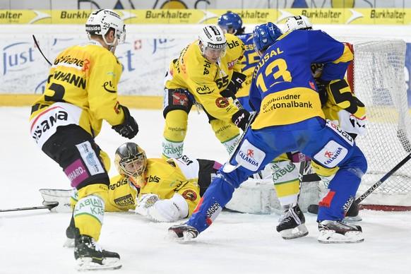Torhueter Leonardo Genoni von Bern, unten, verfolgt das Geschehen vor seinem Tor, beim Eishockey-Qualifikationsspiel der National League A zwischen dem HC Davos und SC Bern, am Freitag, 13. Januar 2017, in der Vaillant Arena in Davos. (KEYSTONE/Gian Ehrenzeller)