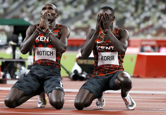epa09394676 Winner Emmanuel Kipkurui Korir and second placed Ferguson Cheruiyo Rotich of Kenya after the Mne's 800m final during the Athletics events of the Tokyo 2020 Olympic Games at the Olympic Stadium in Tokyo, Japan, 04 August 2021.  EPA/VALDRIN XHEMAJ