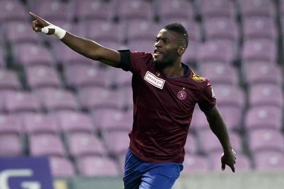 Servette's forward Jean-Pierre Nsame celebrates his goal, after he scored the 2:1, during the Challenge League soccer match of Swiss Championship between Servette FC and FC Wil, at the Stade de Geneve stadium, in Geneva, Switzerland, Monday, October 31, 2016. (KEYSTONE/Salvatore Di Nolfi)