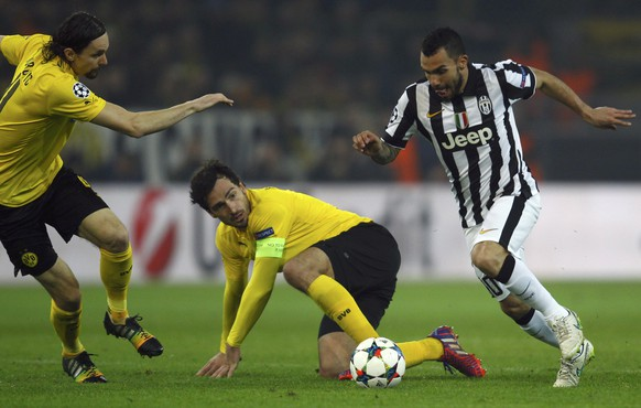 Neven Subotic and Mats Hummels of Borussia Dortmund challenge Carlos Tevez of Juventus (L-R) during their Champions League round of 16 second leg soccer match in Dortmund March 18, 2015. REUTERS/Ina Fassbender (GERMANY  - Tags: SPORT SOCCER)