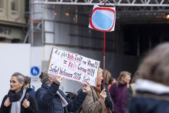 Auf dem Bundesplatz in Bern haben sich etwa 100 Personen versammelt um gegen die Corona-Politik des Bundes zu demonstrieren. Die Bundesraete verhandeln an einer Telefonkonferenz ueber eine Verschaerfung der Corona-Massnahmen am Sonntag 18. Oktober 2020 auf dem Bundesplatz in Bern. (KEYSTONE /Marcel Bieri)