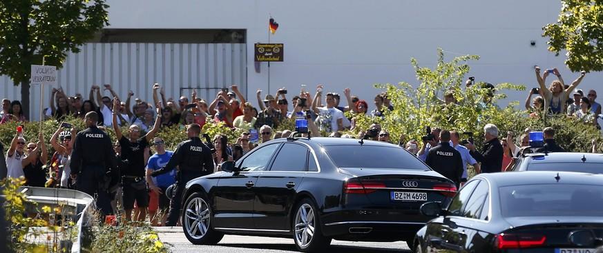 """VIDEO: Merkelovou vypískali v uprchlickém táboře a křičeli: """"Vlastizrádkyně!"""""""