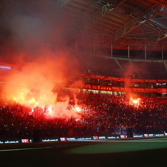 epa07817815 Galatasaray fans light flares during a ceremony for Colombian striker Radamel Falcao's presentation as new player of the Turkish Super League soccer club at Ali Sami Yen Stadium in Istanbul, Turkey, 04 September 2019.  EPA/STRINGER