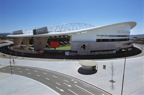 Aussenansicht des Estadio do Dragao in Porto, Portugal, wo waehrend den Fussball-Europameisterschaften 2004 Gruppenspiele sowie Viertels-und Halbfinale durchgefuert werden, aufgenommen im April 2004. Das Stadion wurde vom Architekten Manuel Sagado konzipiert und verfuegt ueber 50.000 Plaetze. (KEYSTONE/Walter Bieri) === ,  === : DIA]