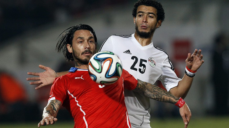 Chile's Mauricio Pinilla, left, battles for the ball with Egypt's Omar Gaber at a friendly soccer match in Santiago, Chile, Friday, May 30, 2014. (AP Photo/Luis Hidalgo)