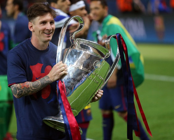 epa04787204 Barcelona's Lionel Messi celebrates with the trophy after the UEFA Champions League final between Juventus FC and FC Barcelona at the Olympic stadium in Berlin, Germany, 06 June 2015. Barcelona won 3-1.  EPA/KAY NIETFELD